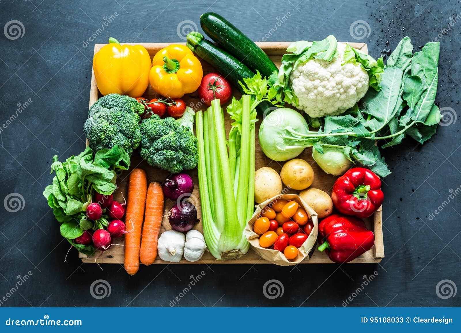 Świeżej kolorowej wiosny organicznie warzywa na czerni