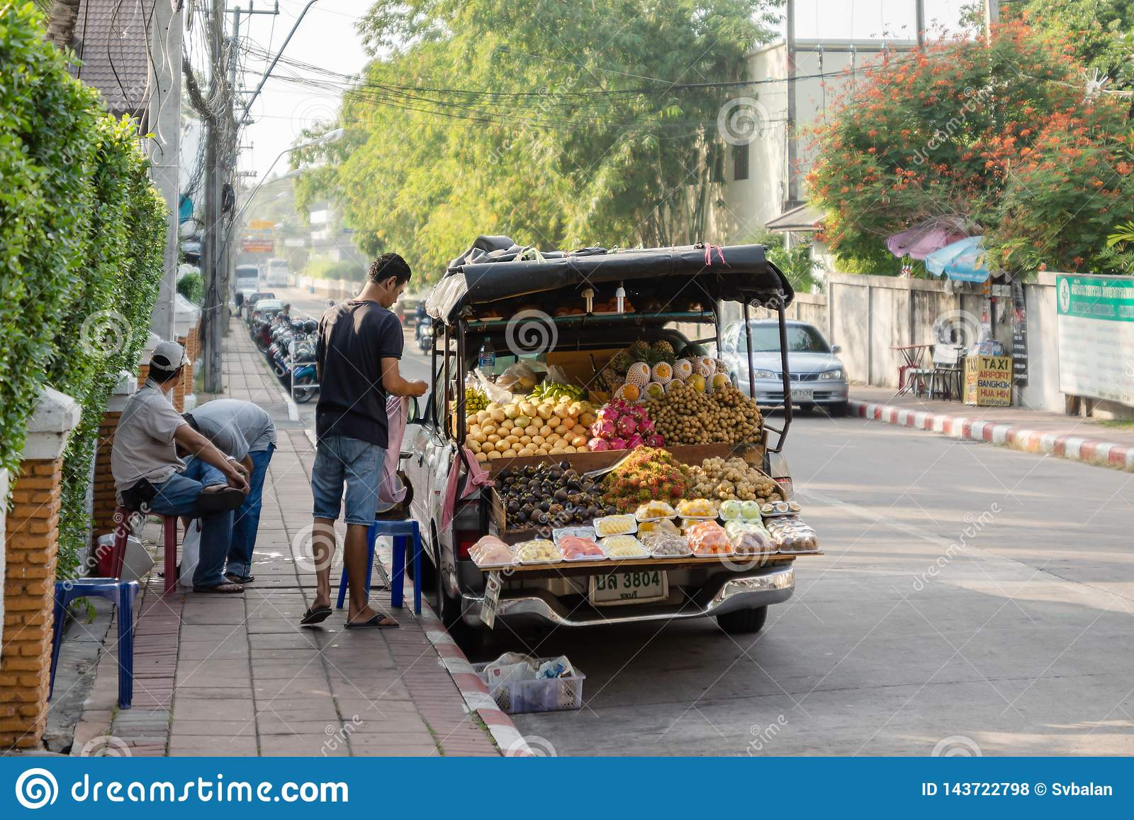 Świeżej owoc sprzedawcy przygotowywają handlować wcześnie rano na ulicie w Pattaya
