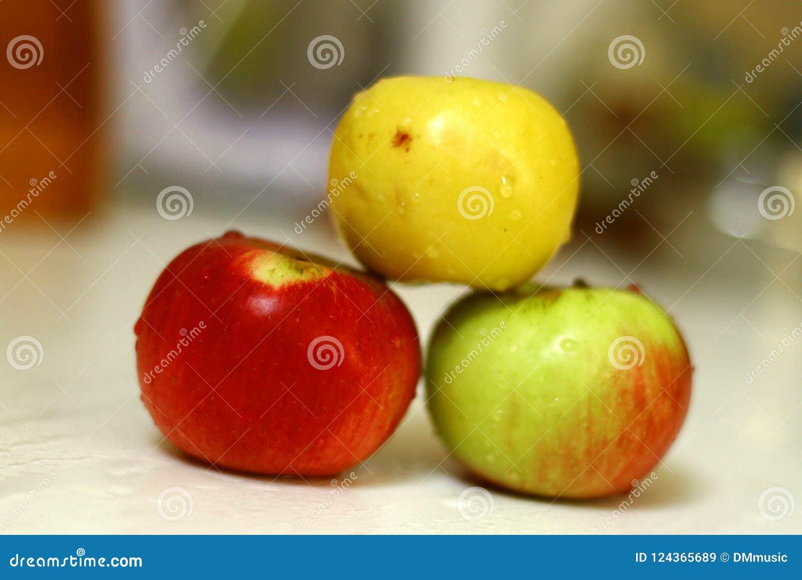 Świeżo myjący jabłka w kuchni odizolowywali strzał na świetle dziennym 3