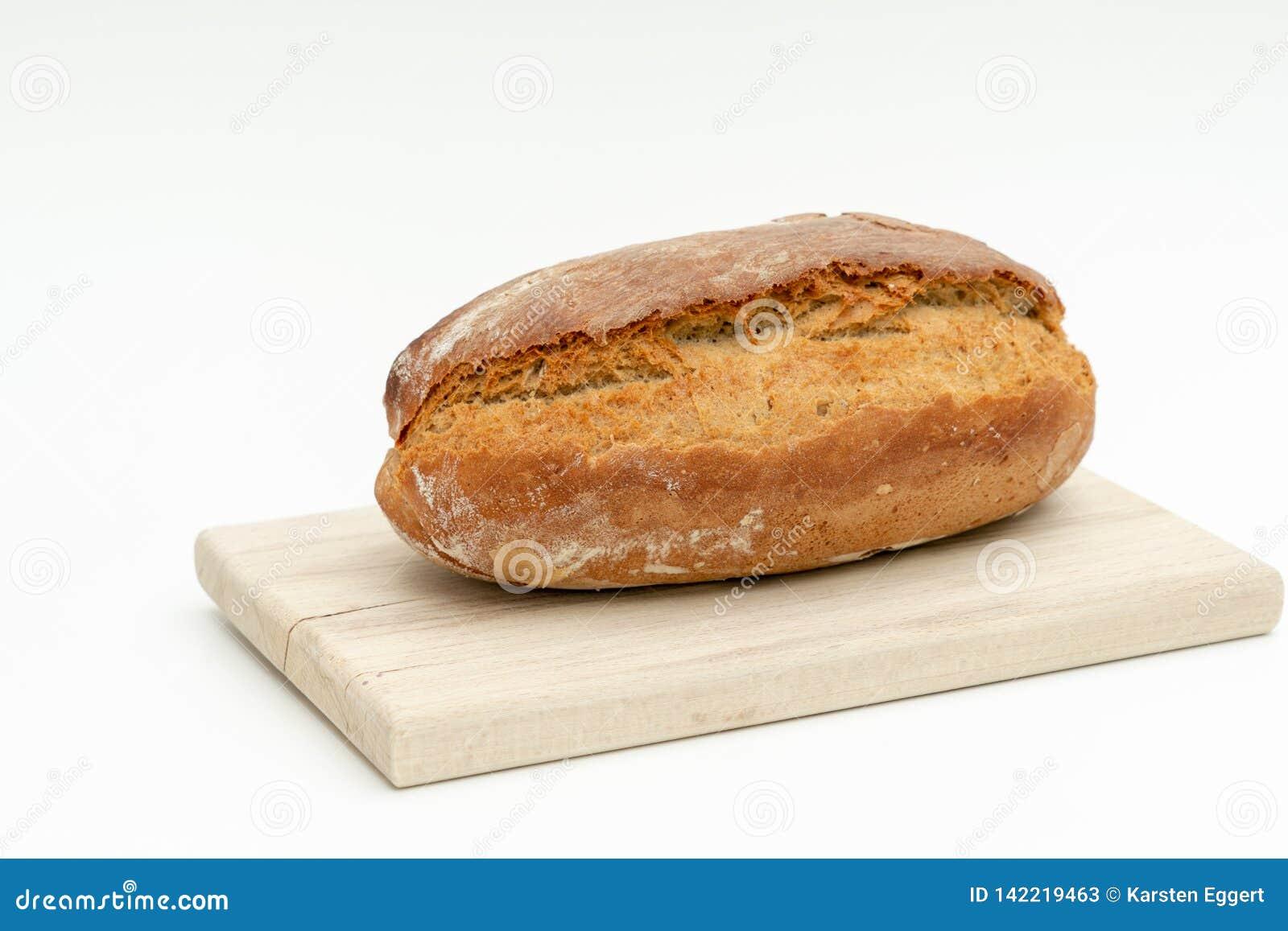 Świeżo piec chleb kłama na drewnianej desce