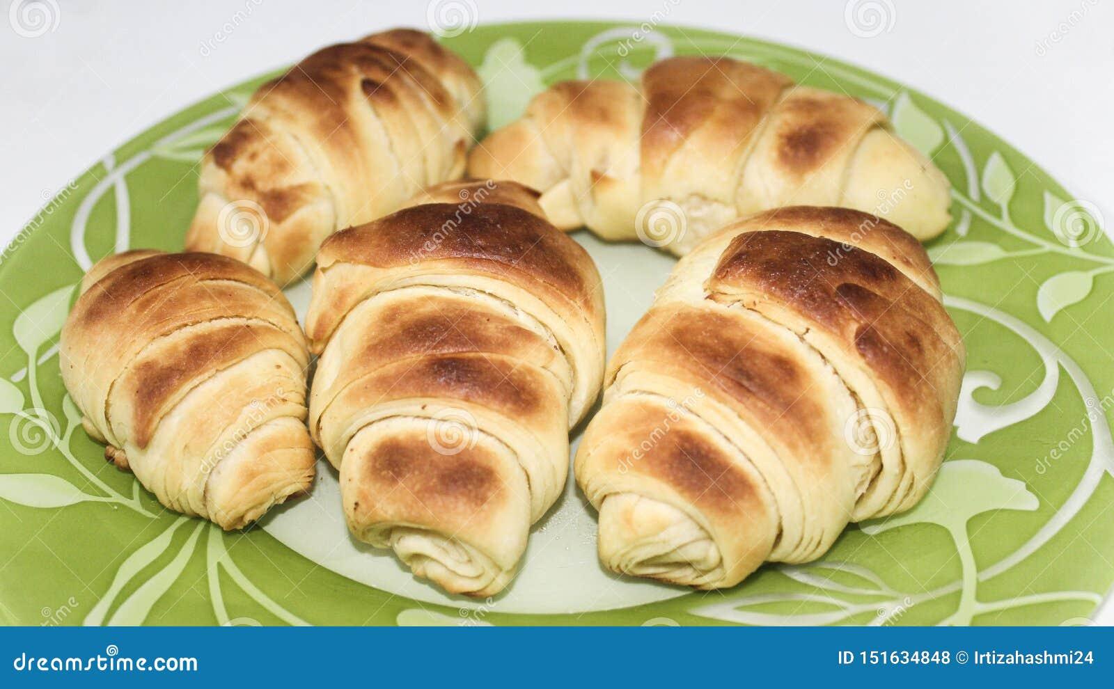 Świeżo Piec Croissants Na Pięknym zieleń talerza przodzie HD