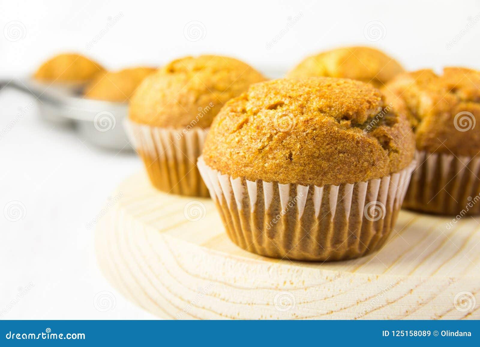 Świeżo Piec Domowej roboty Cali Pszenicznego otręby Marchwiani Dyniowi Muffins na Drewnianej desce Śniadaniowy ranku światło słon
