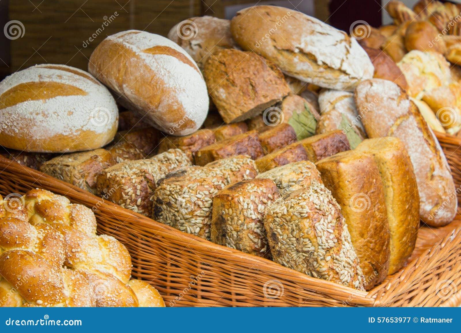 Świeżo piec tradycyjni bochenki żyto chleb na kramu