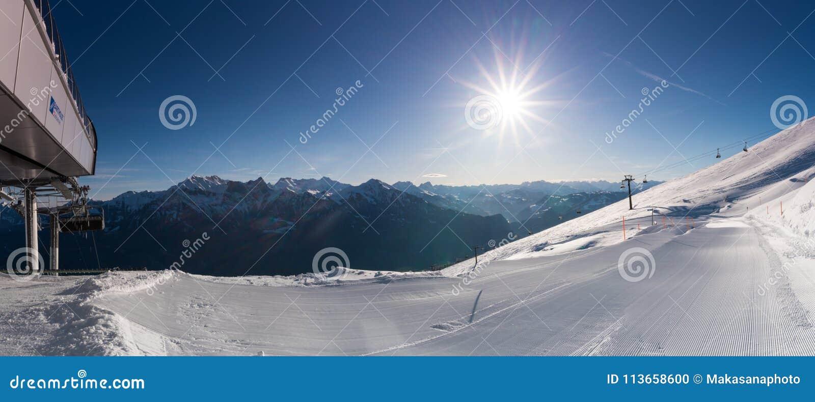 Świeżo przygotowany narciarski skłonu, narty teren z i