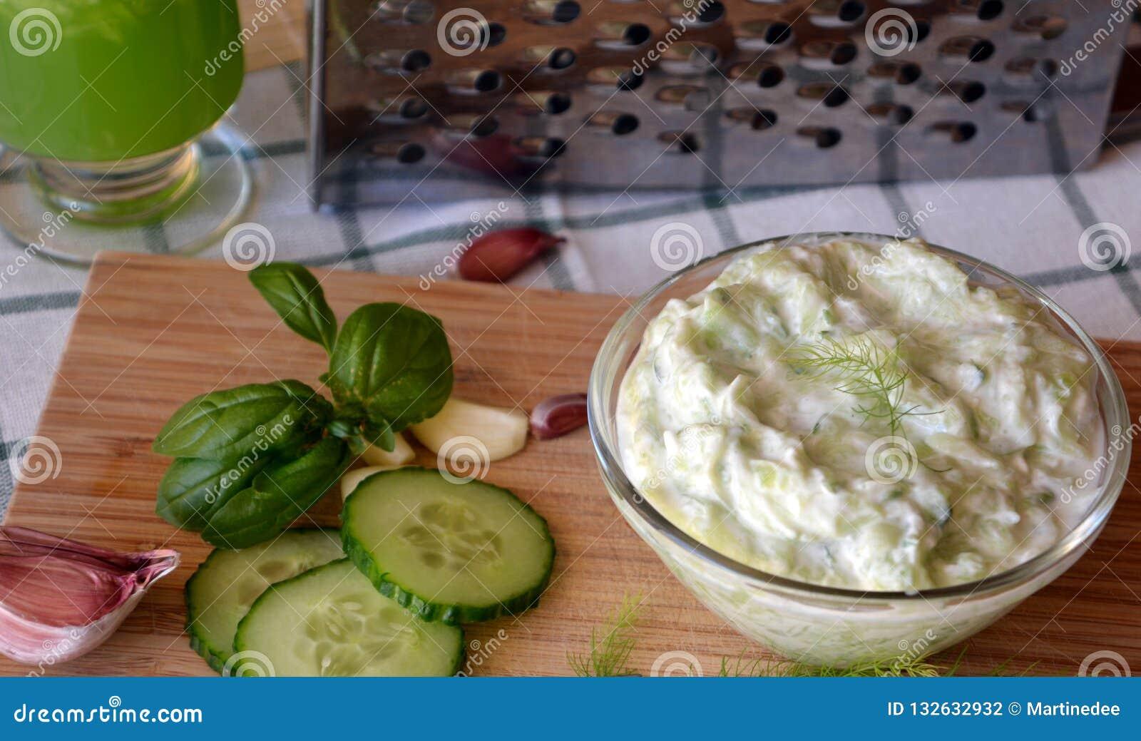 Świeżo przygotowany tzatziki kumberland na szklanym pucharze