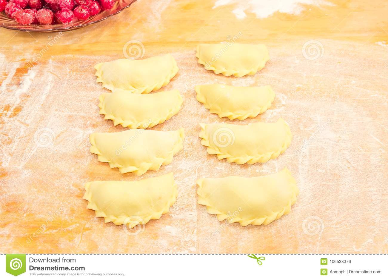 Świeżo przygotowany uncooked varenyky na dużej tnącej desce