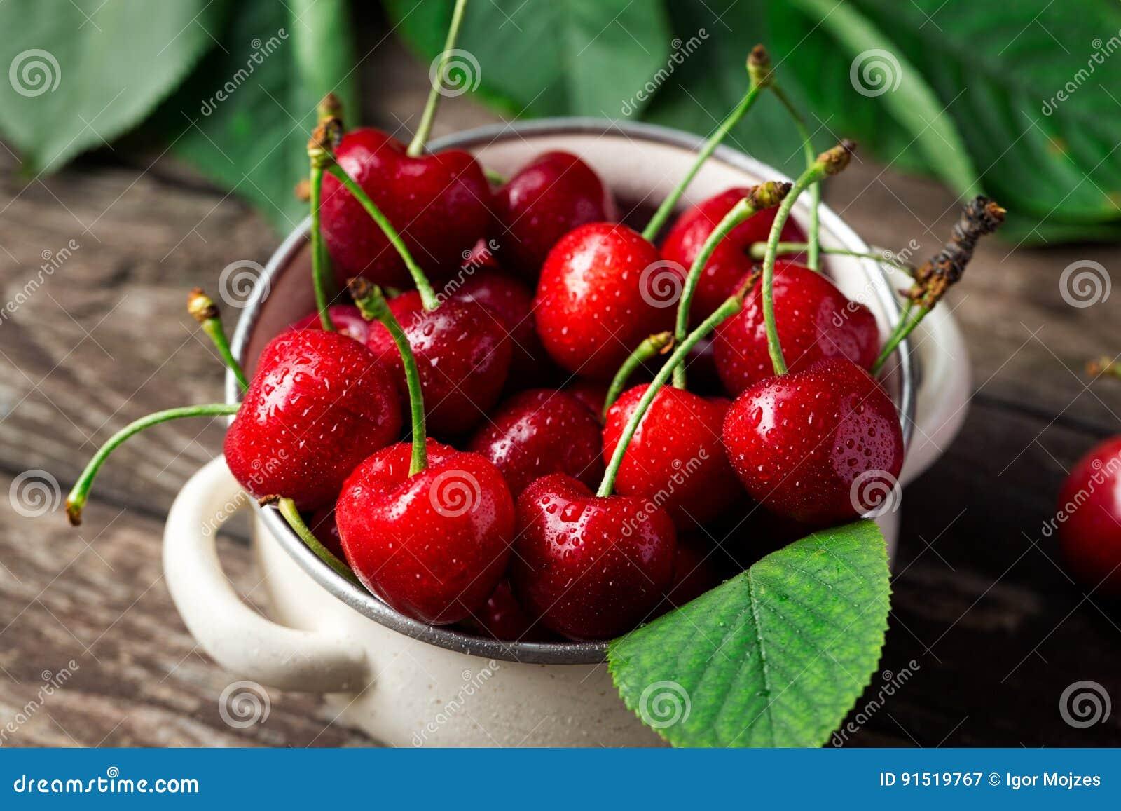 Świeżo ukradzione wiśnie w pucharze