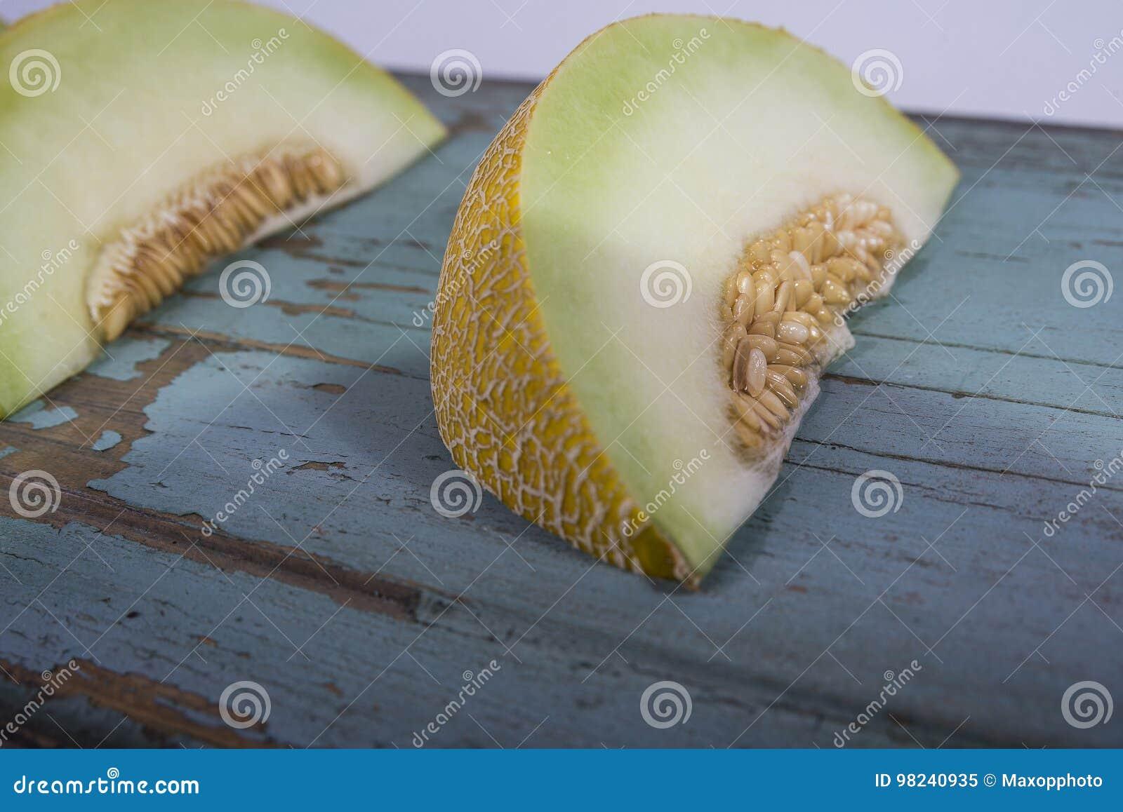 Świeży żółty melon lub kantalup na starej drewnianej grungy desce