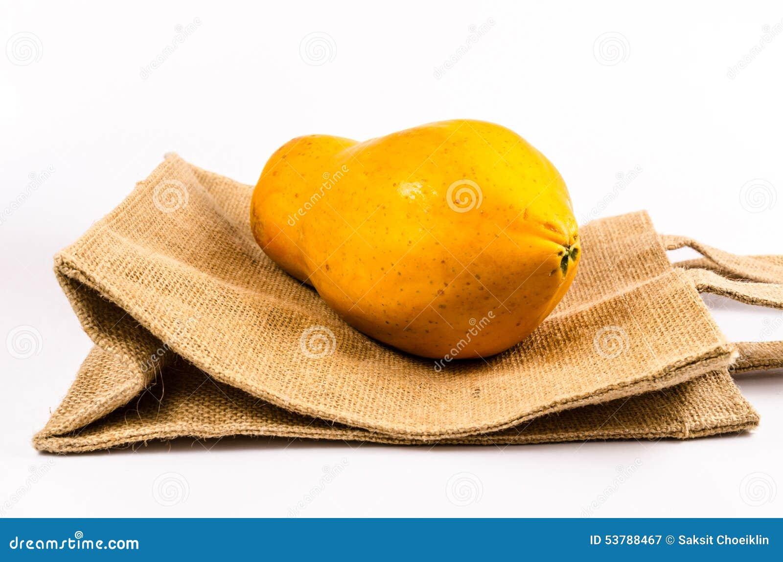świeży żółty melonowiec z workową torbą odizolowywającą na białym tle