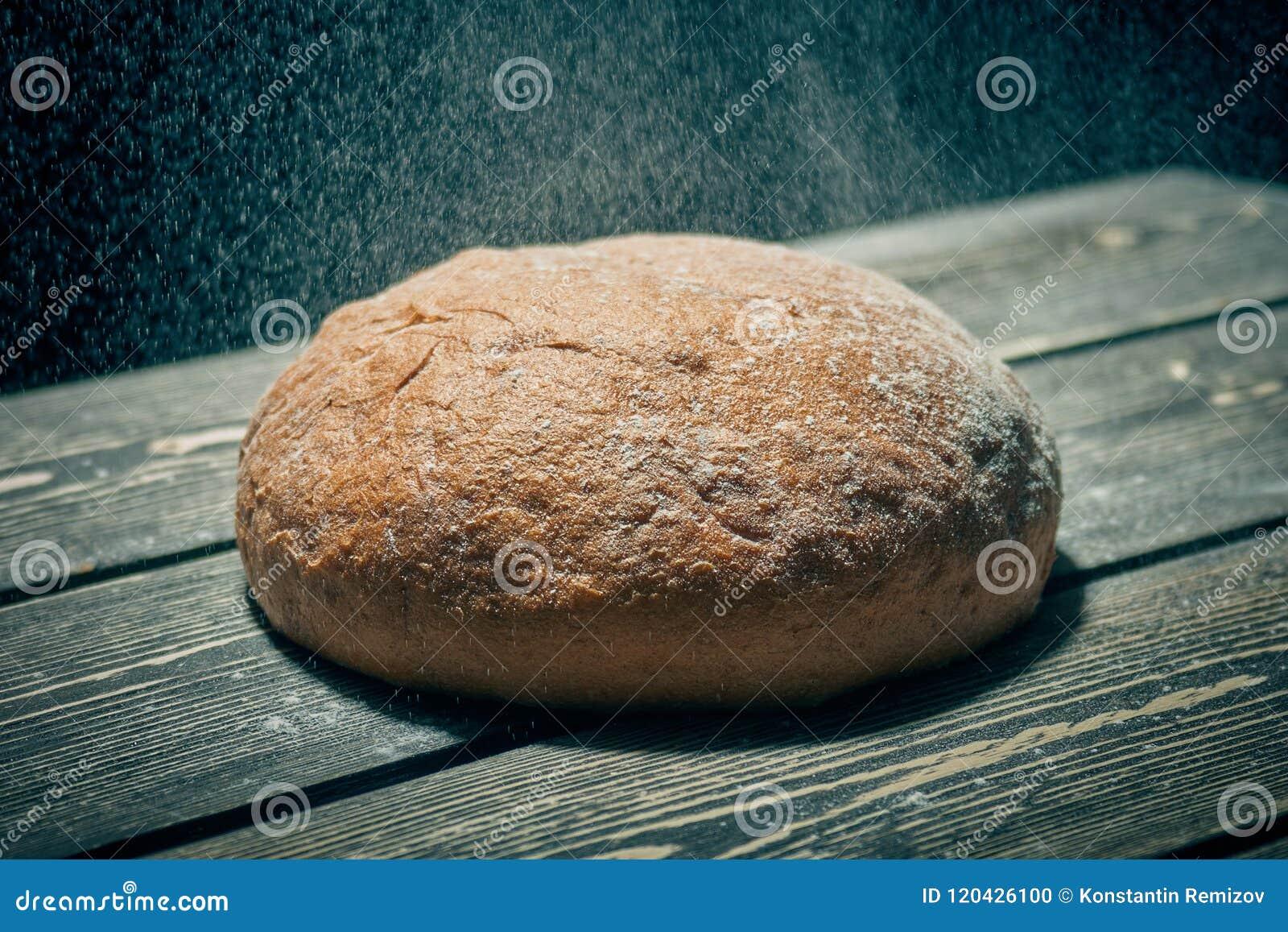 Świeży żyto chleb na piekarnia stole