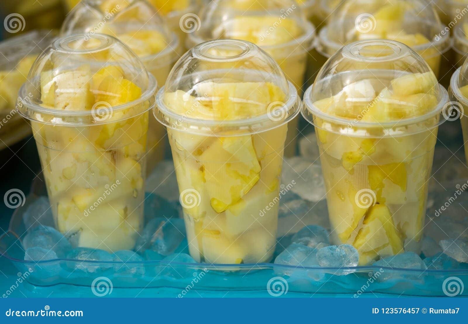 Świeży ananas składa sałatki w plastikowych przejrzystych filiżankach