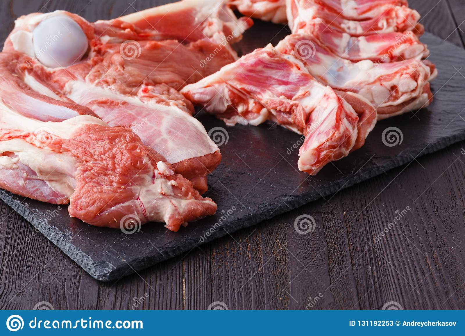 Świeży baranek na tnącej desce gotowej dla kulinarnego grilla
