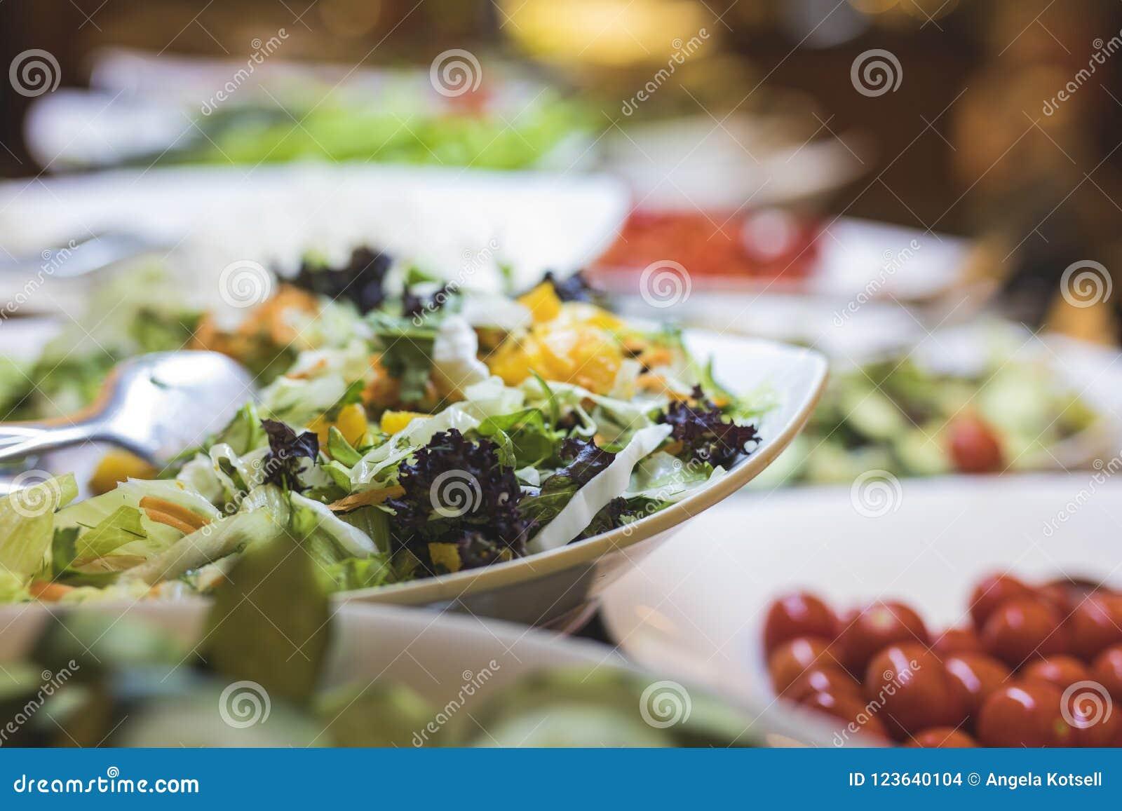 Świeży bufet zdrowe sałatki