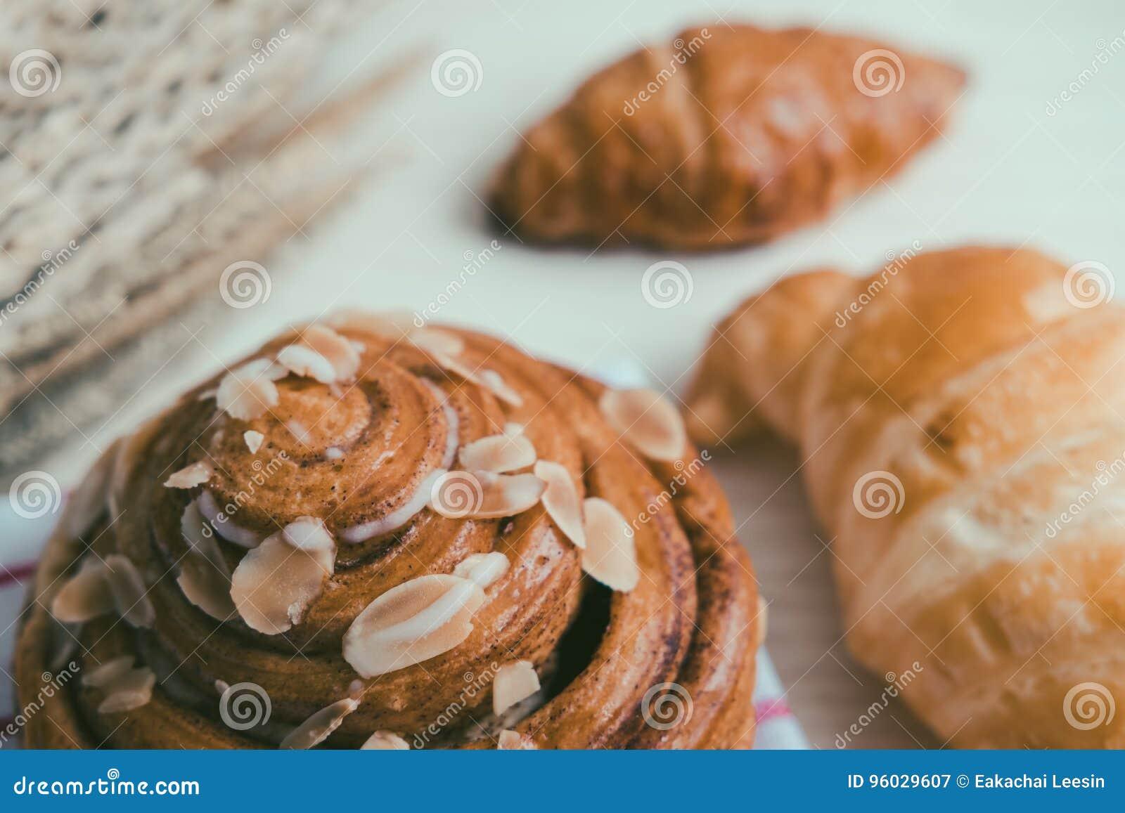 świeży chleb i piec towary na drewnianym