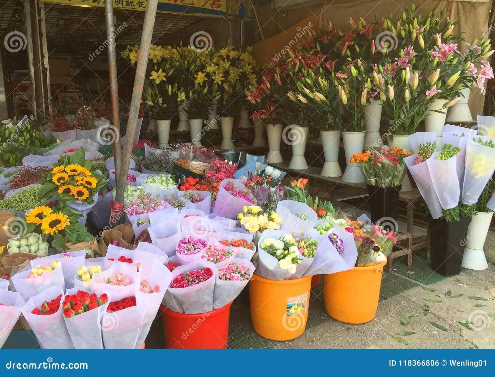 Świeży cięcie kwitnie dla sprzedaży przy sklepem