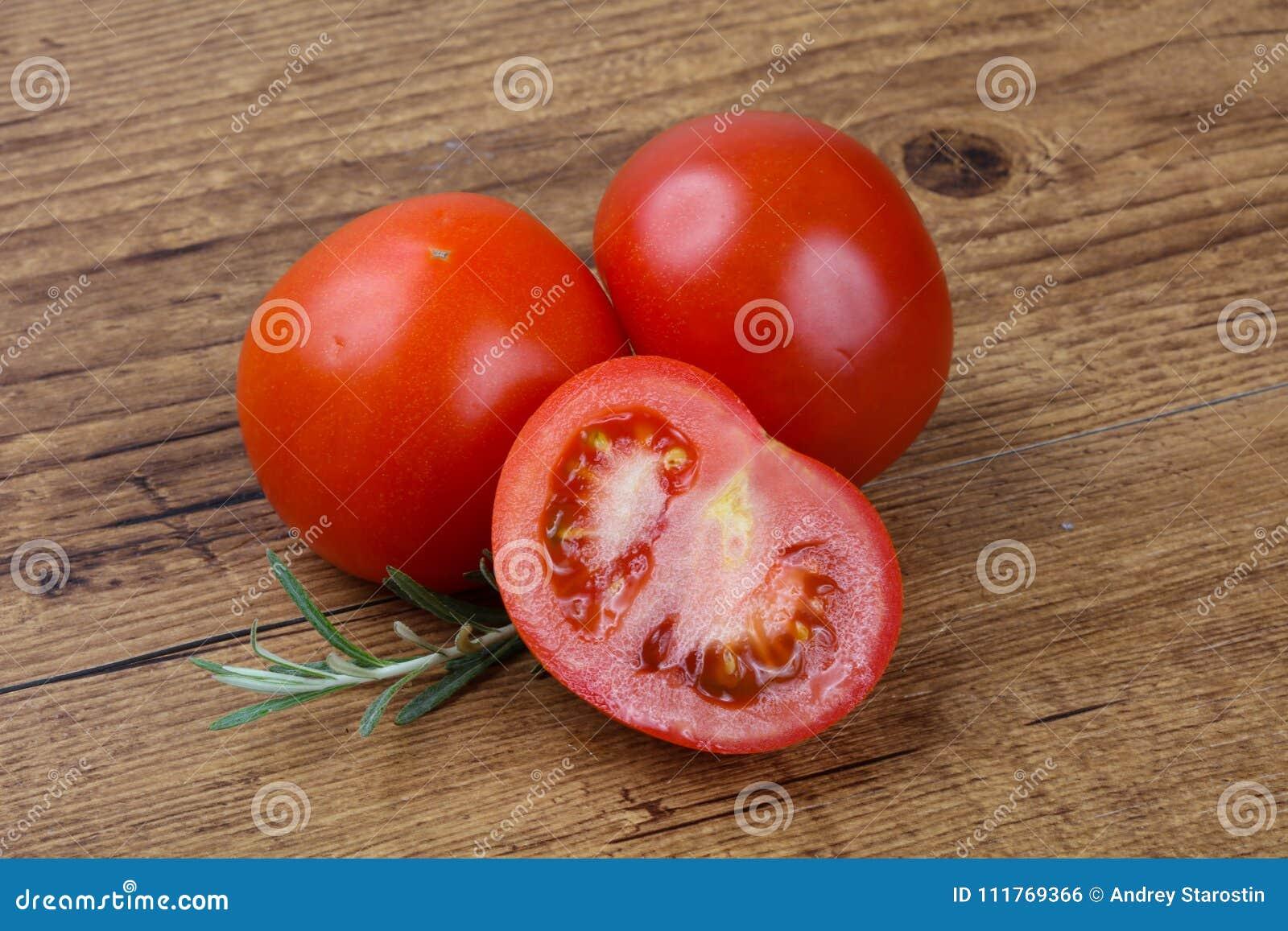Świeży dojrzały pomidor