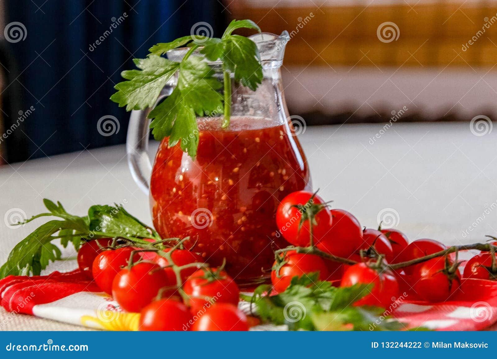 Świeży domowej roboty pomidorowy sok w szklanym słoju