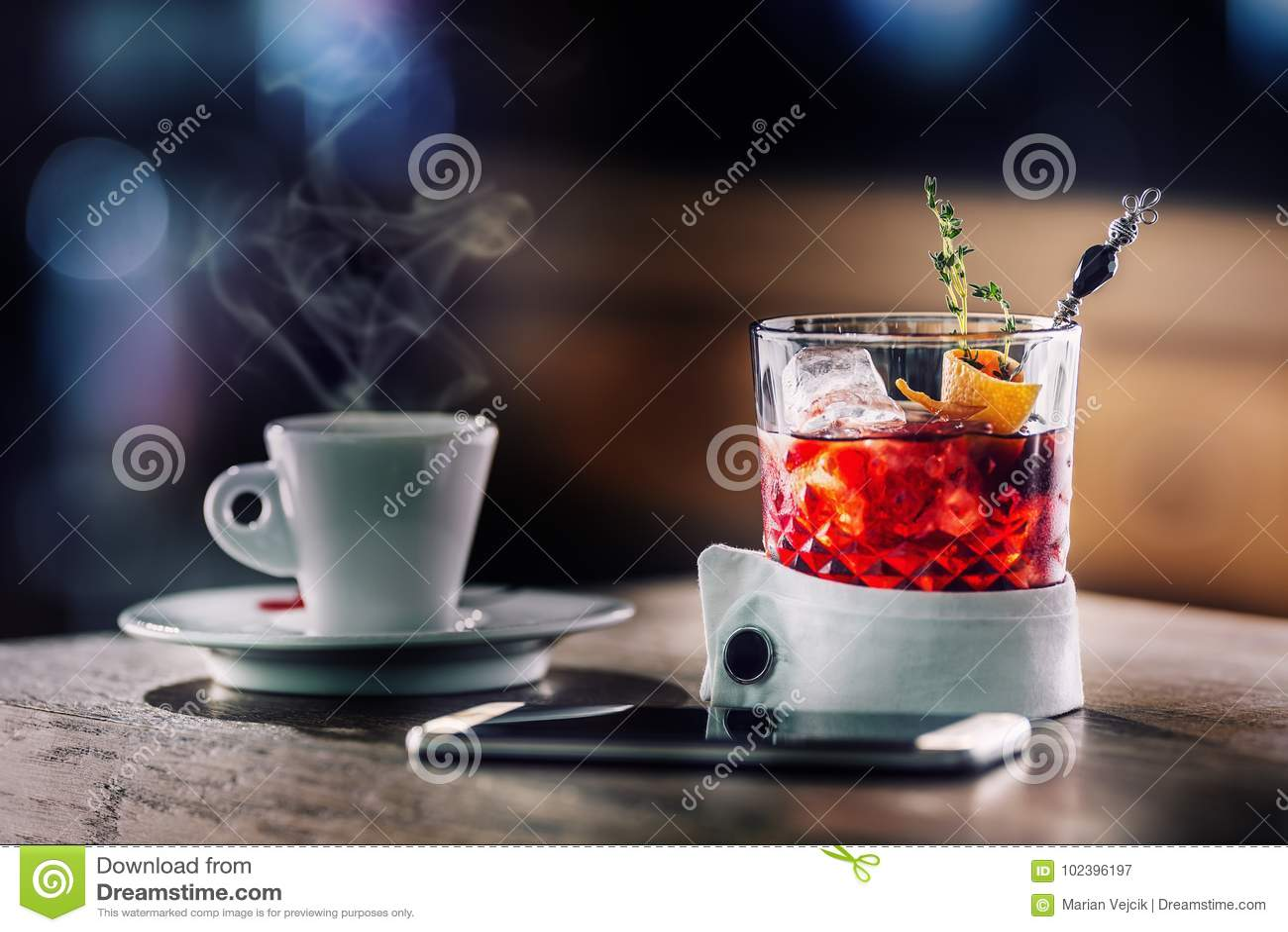 Świeży koktajlu napój z filiżanką kawy i smartphone Alkoholiczka, bezalkoholowy napój przy prętowym kontuarem w pubie