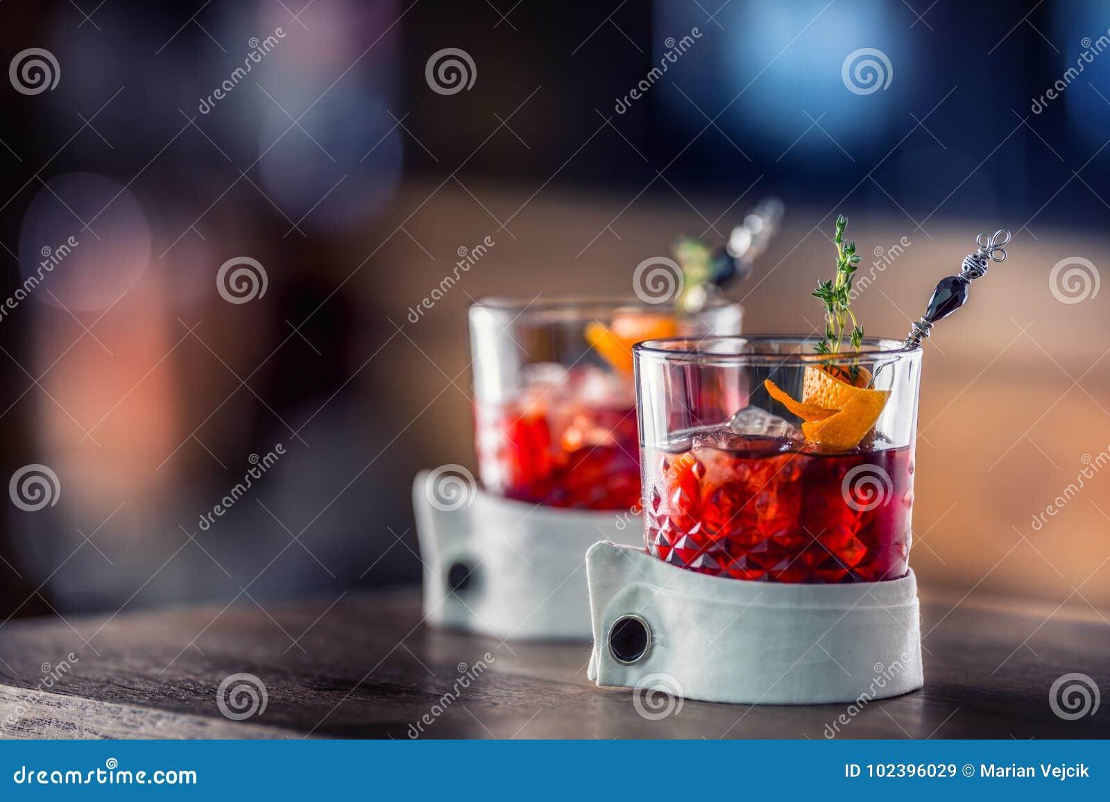 Świeży koktajlu napój z lodową owoc i ziele dekoracją Alkoholiczka, bezalkoholowy napój przy prętowym kontuarem w pubie