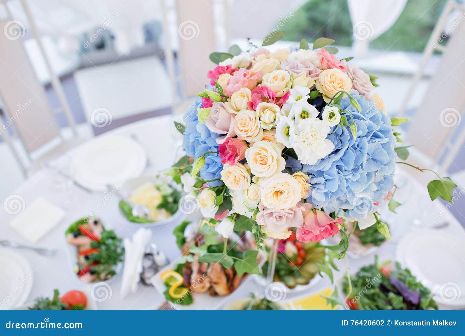 Świeży kwiecisty skład na wakacyjnym stole Pięknie uorganizowany wydarzenie - słuzyć bankietów stoły przygotowywający dla gości