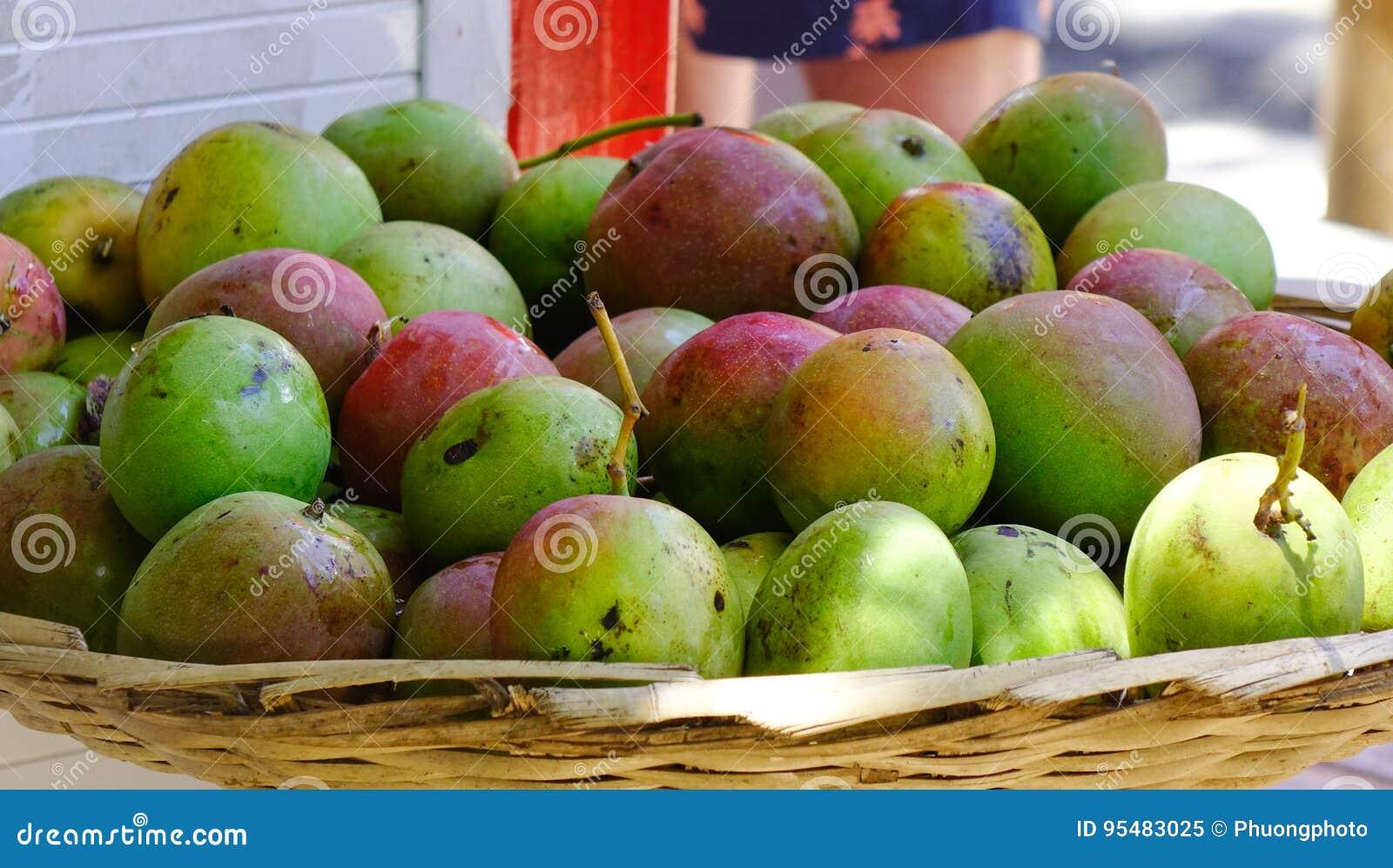 Świeży mango przy rynkiem