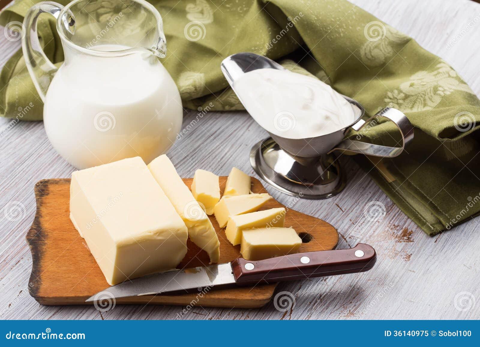 Świeży masło na drewnianej desce.
