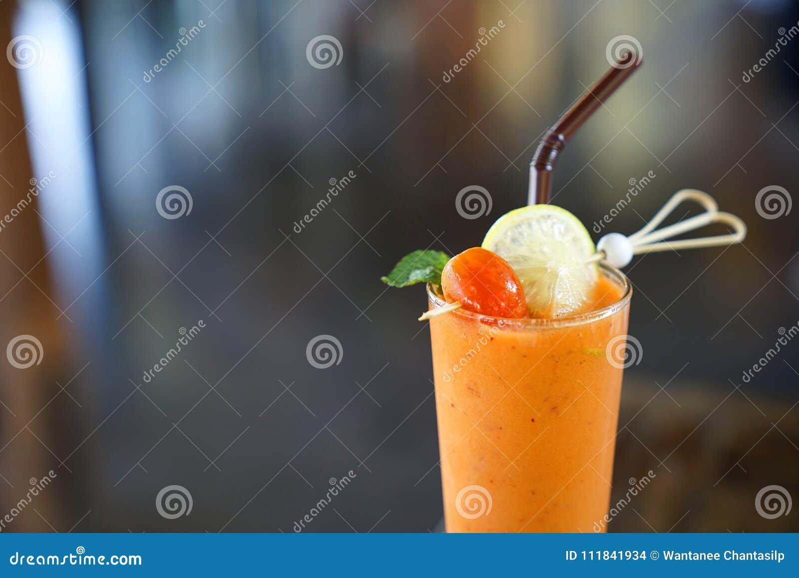 Świeży mieszany tropikalny warzywa i owoc smoothie sok dekoruje