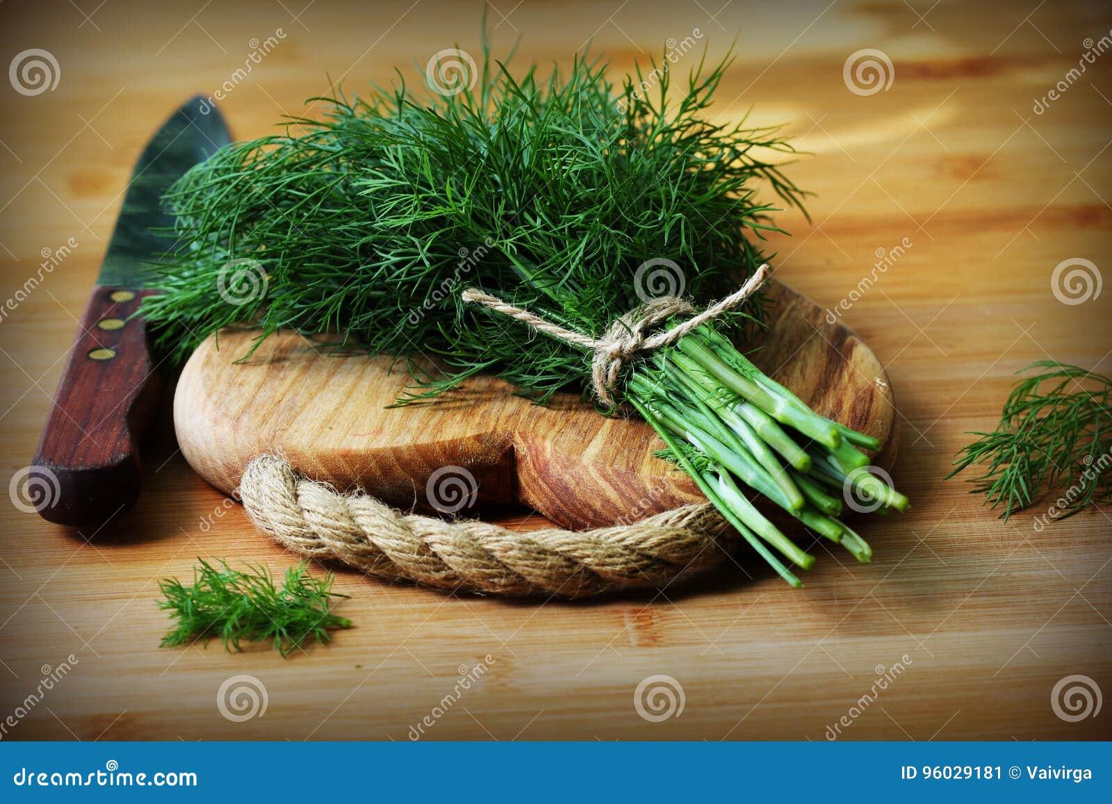 Świeży organicznie koper dla kucbarskiej stawiającej dalej drewnianej tnącej deski z nożem