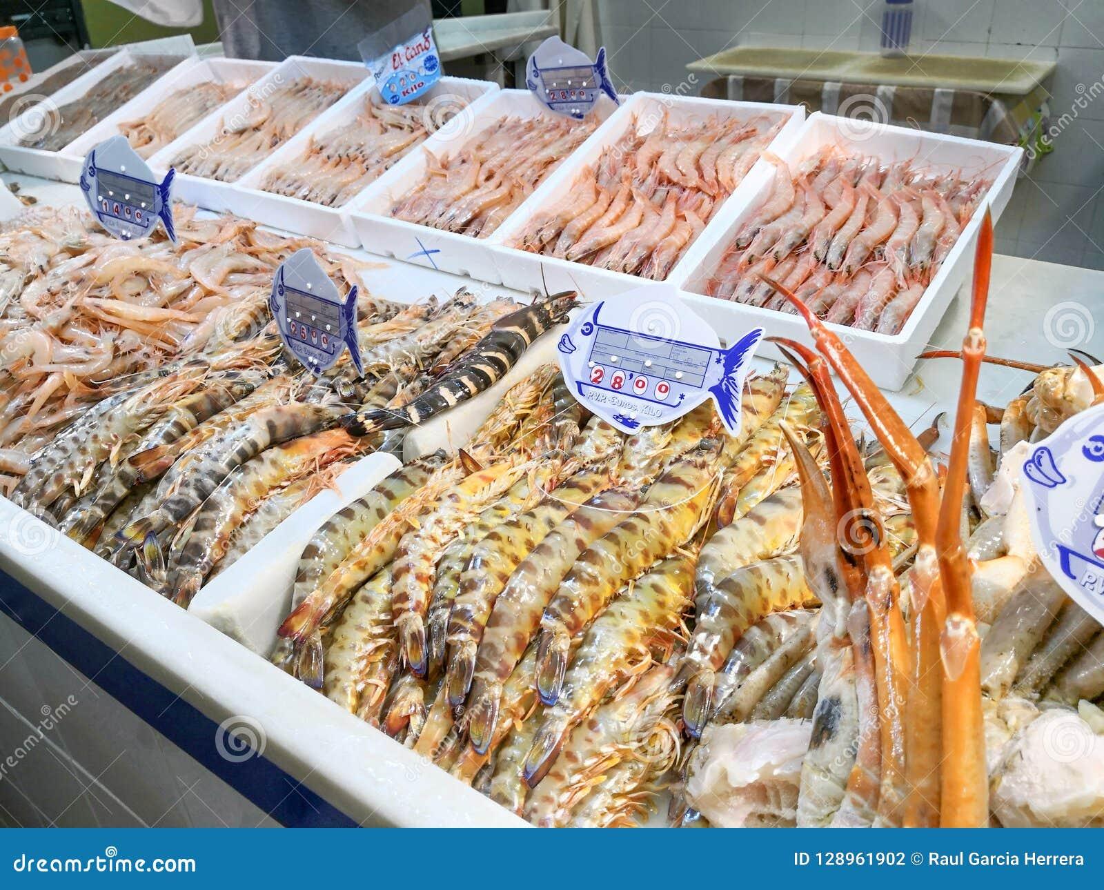 Świeży owoce morza na lodzie przy rybim rynkiem Isla Cristiina rynek, Huelva, Hiszpania