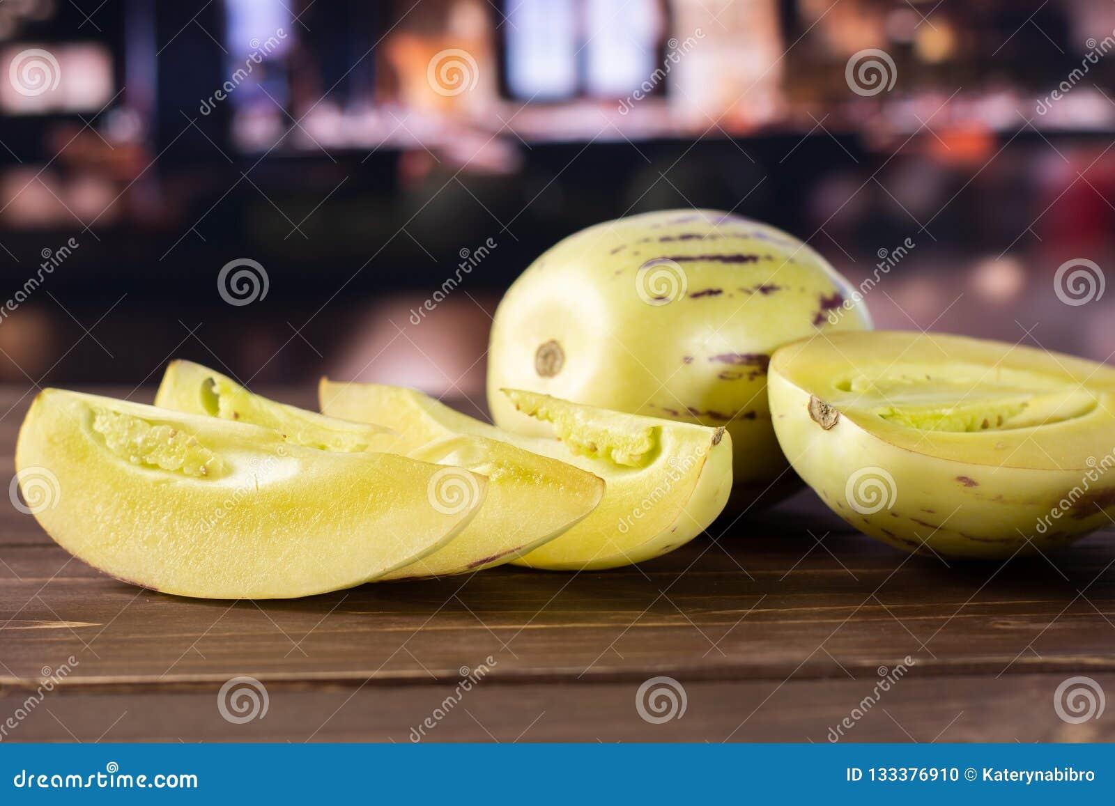 Świeży pasiasty pepino melon z restauracją