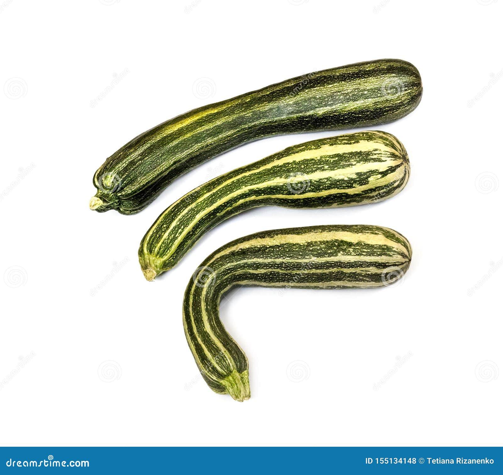Świeży pasiasty zucchini odizolowywający na białym tle