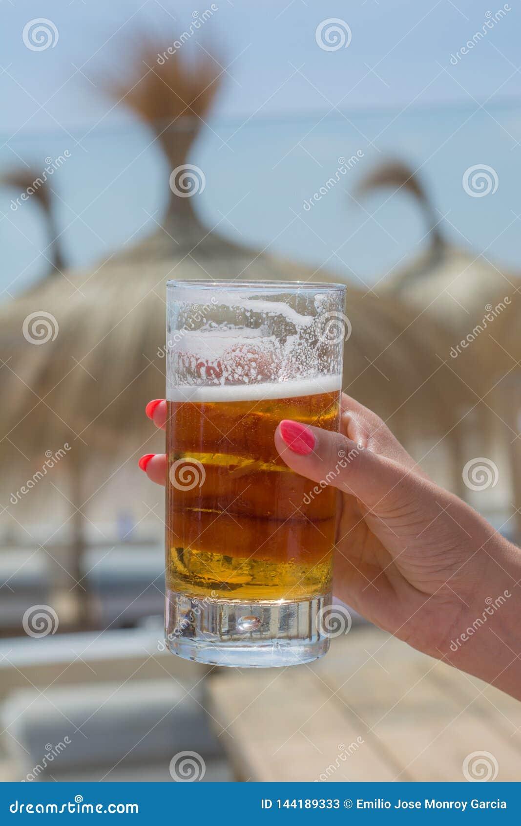 Świeży piwo przy plażą