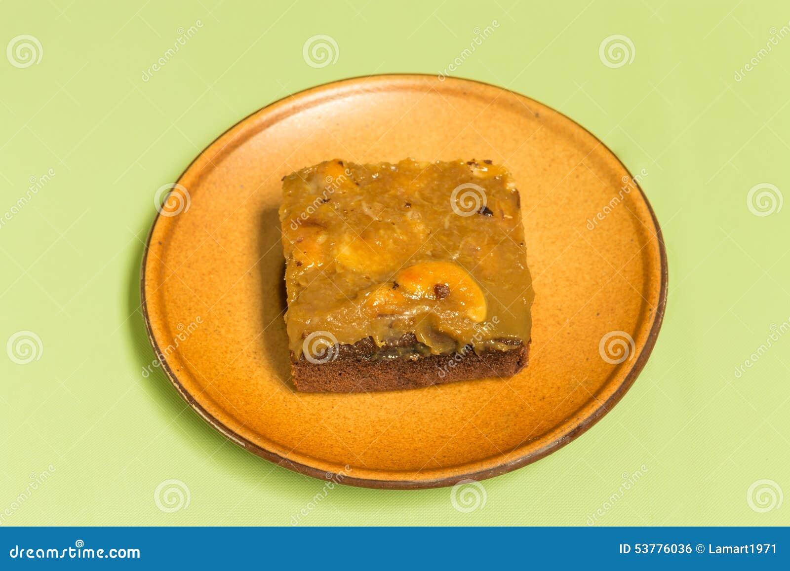 Świeży punktu tort z nerkodrzew dokrętkami na powierzchni