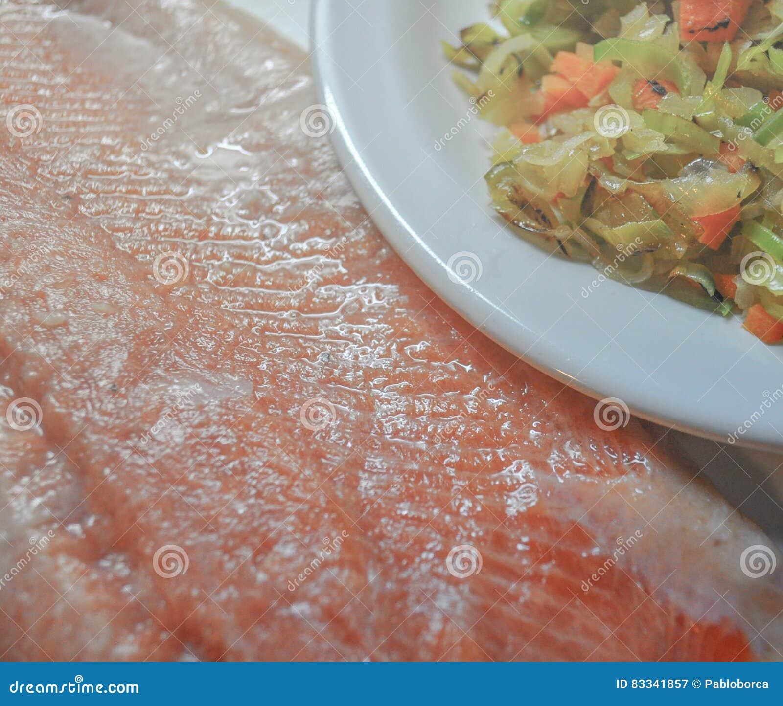 Świeży różowy łososiowy stek