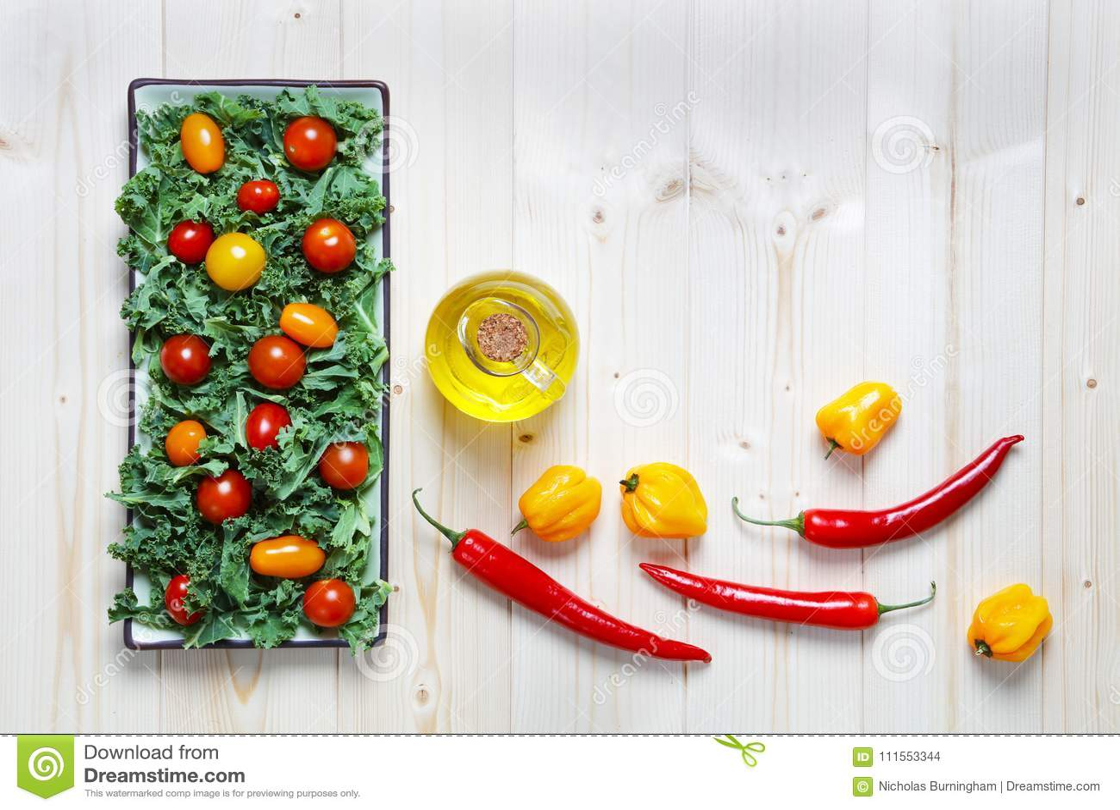 Świeży siekający przygotowany kale z pomidoru oliwa z oliwek i pieprzami