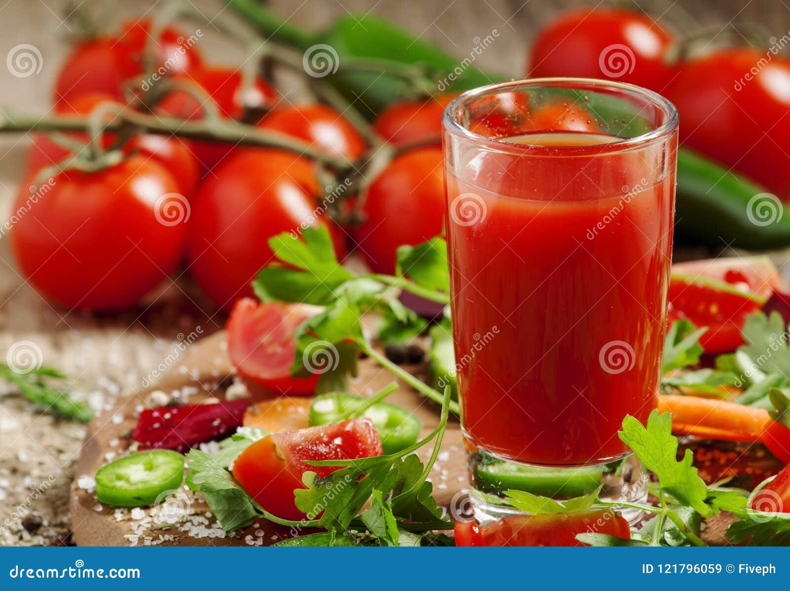 Świeży sok od mieszanki warzywa z warzywami i ziele