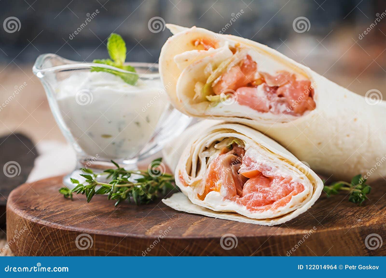 Świeży tortilla opakunek z łososiem