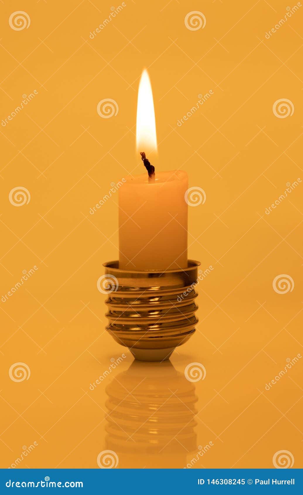 Świeczka w żarówki bazie na Ciepłym Żółtym tle
