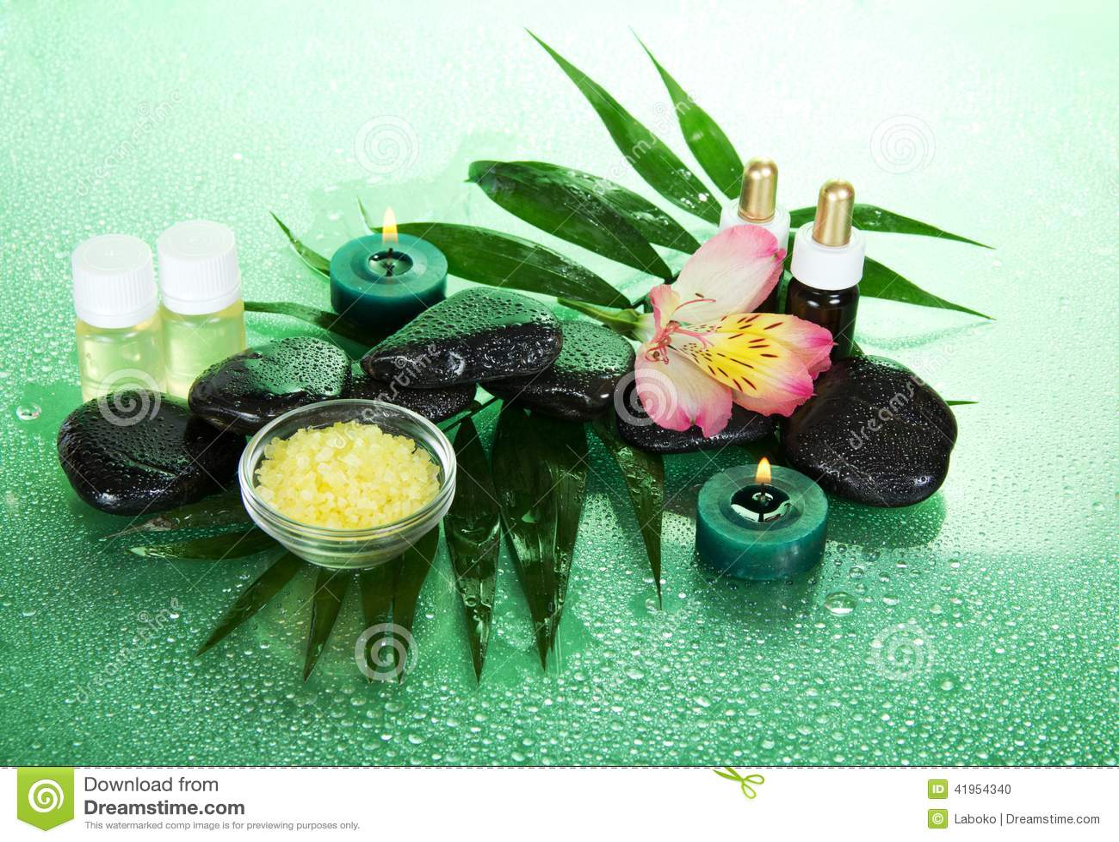 Świeczki, aromata olej, sól, kamienie i kwiat,