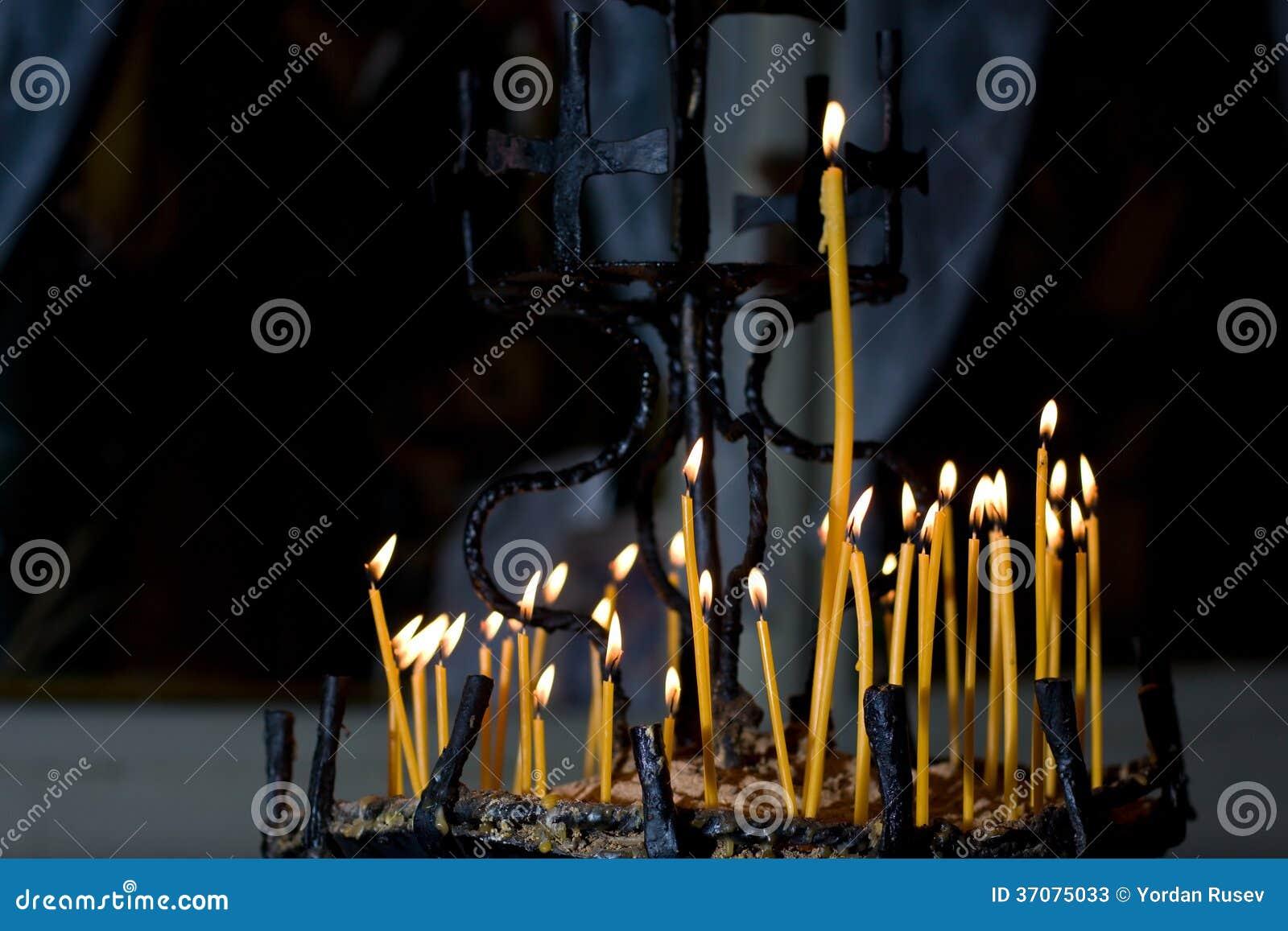 Download Świeczki Zaświeca W Kościół Obraz Stock - Obraz złożonej z pray, target20: 37075033