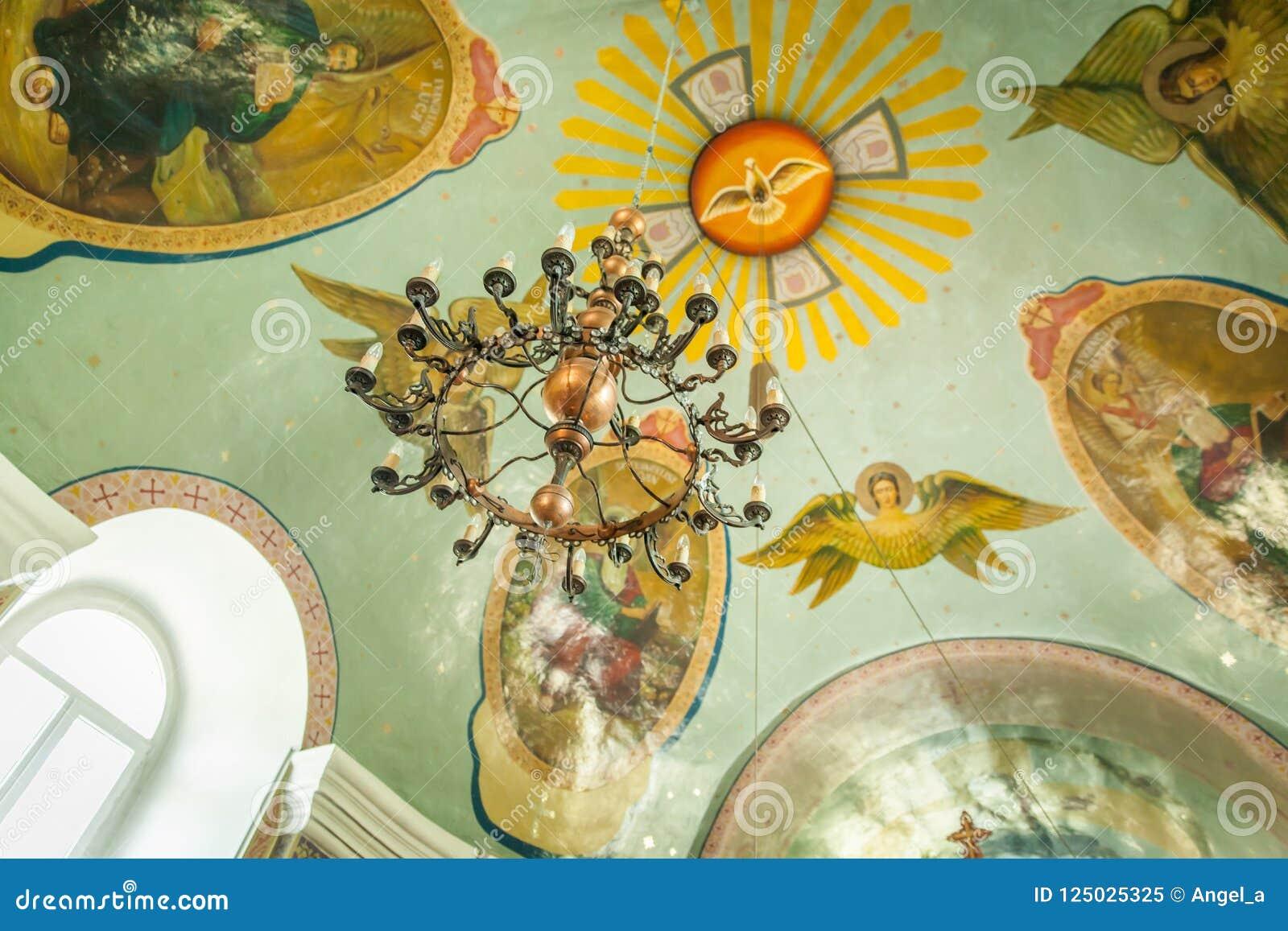 Świecznik inside na kościelnym suficie