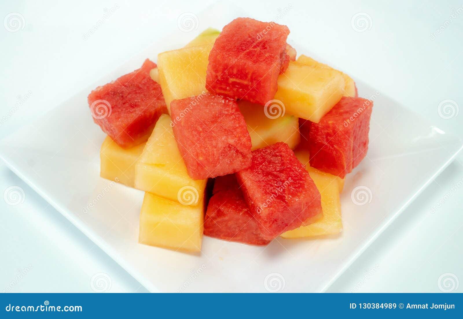 Świezi arbuzy i melony na białym talerzu