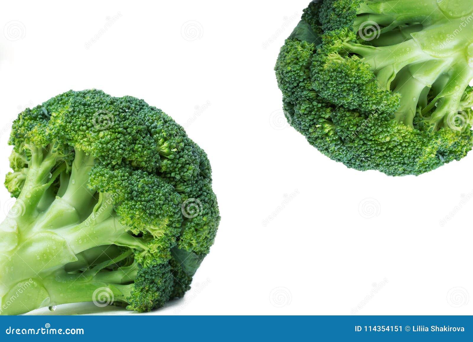 Świezi brokuły w dwa opposite kątach, zakończenie, biały tło,