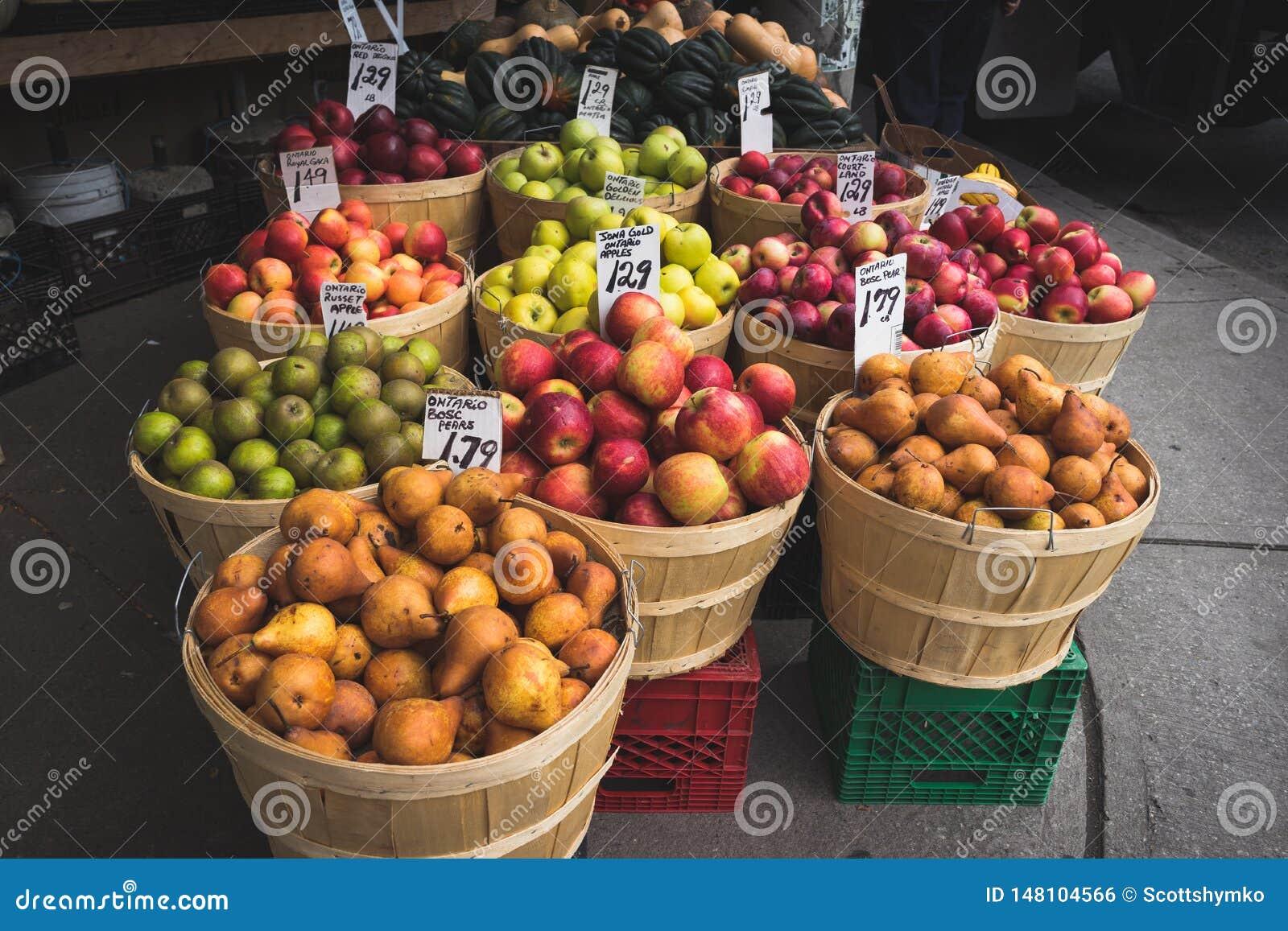 Świezi jabłka i bonkrety przy ulicznym rynkiem