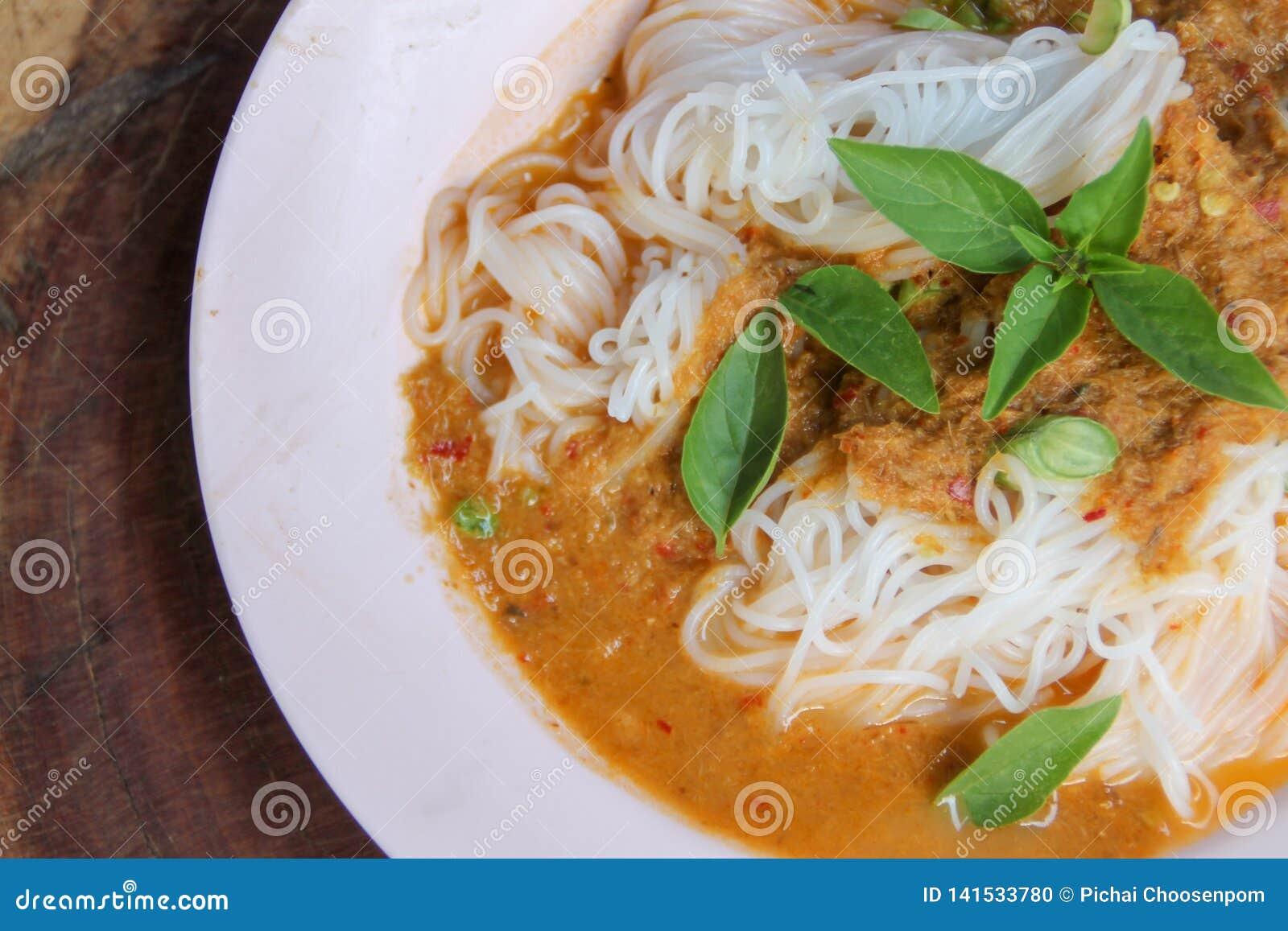 Świezi kluski z korzennym Tajlandzkim currym są lokalnym jedzeniem w Południowym Tajlandia