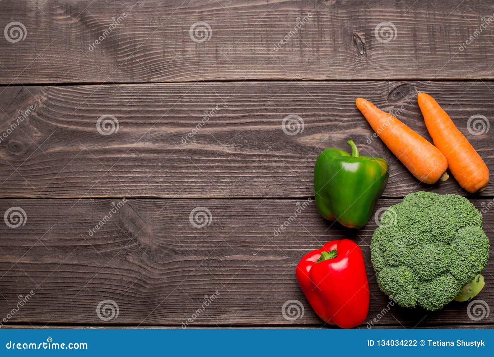 Świezi organicznie warzywa na drewnianym tle, kopii przestrzeń Marchewka, pieprz, brokułu odgórny widok