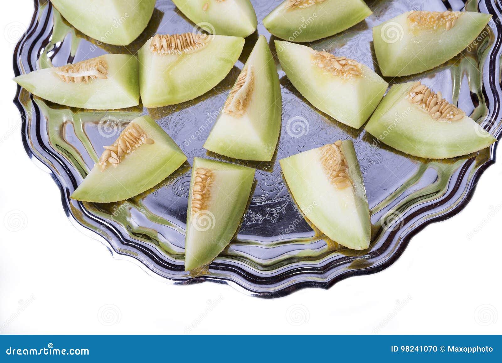 Świezi plasterki żółty melon lub kantalup na starej tacy w de