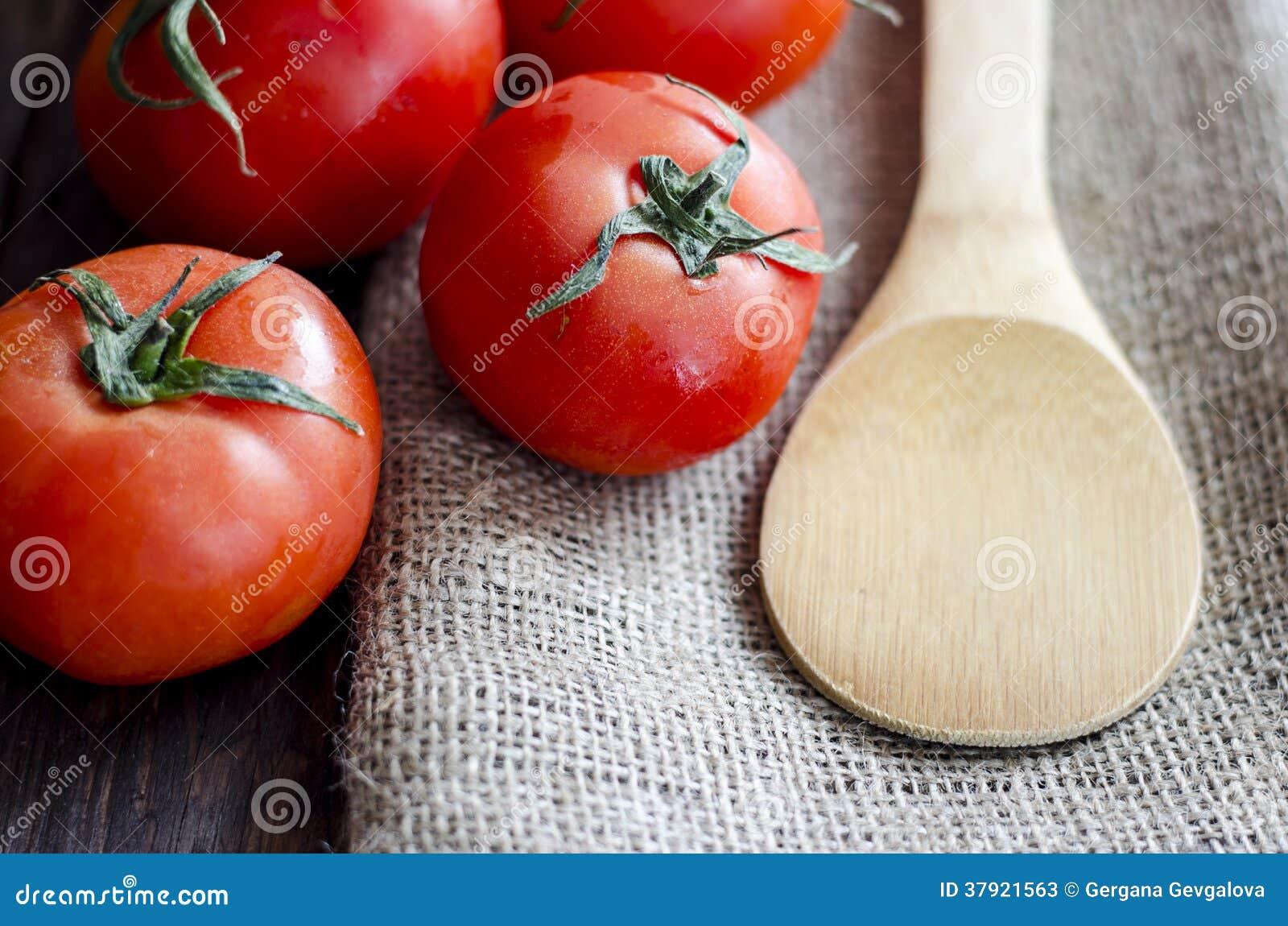 Świezi pomidory na drewnianym stole