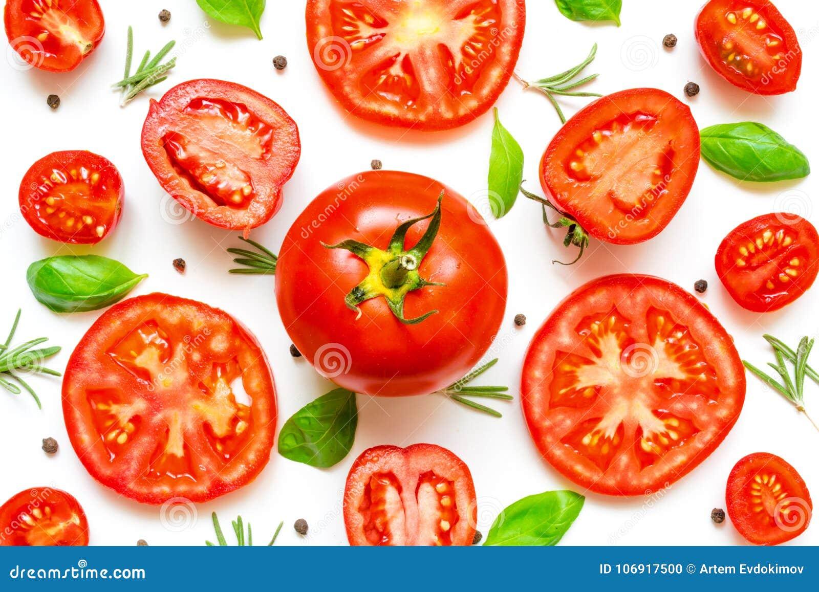 Świezi pomidory, ziele i pikantność na białym tle,