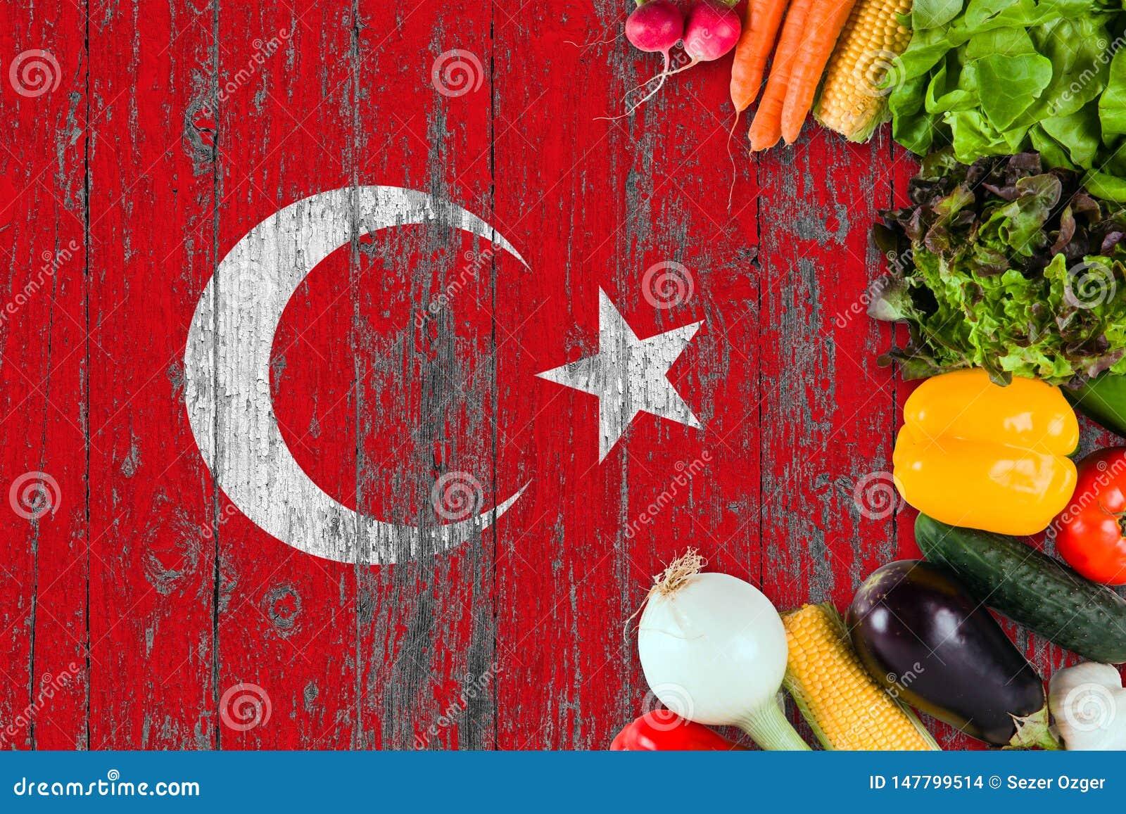 ?wiezi warzywa od Turcja na stole Kulinarny poj?cie na drewnianym chor?gwianym tle